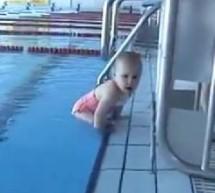بالفيديو : شاهد الطفل المعجزة في السباحة