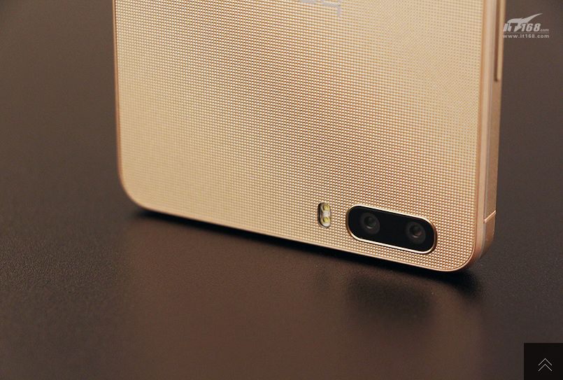 Huawei-Hnor-6-Plus-in-gold (10)