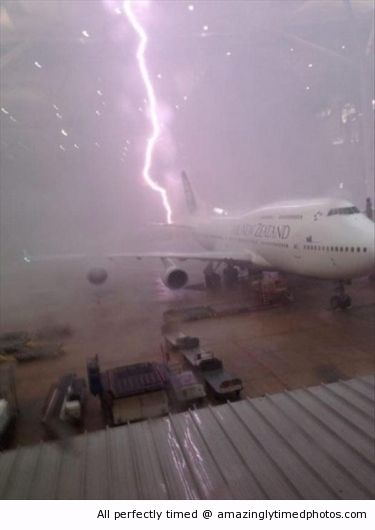 Plane-gets-struck-by-lightning-resizecrop--