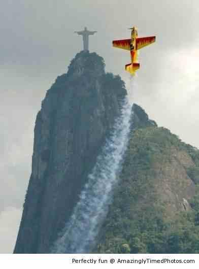 Stunt-plane-in-Rio1-resizecrop--