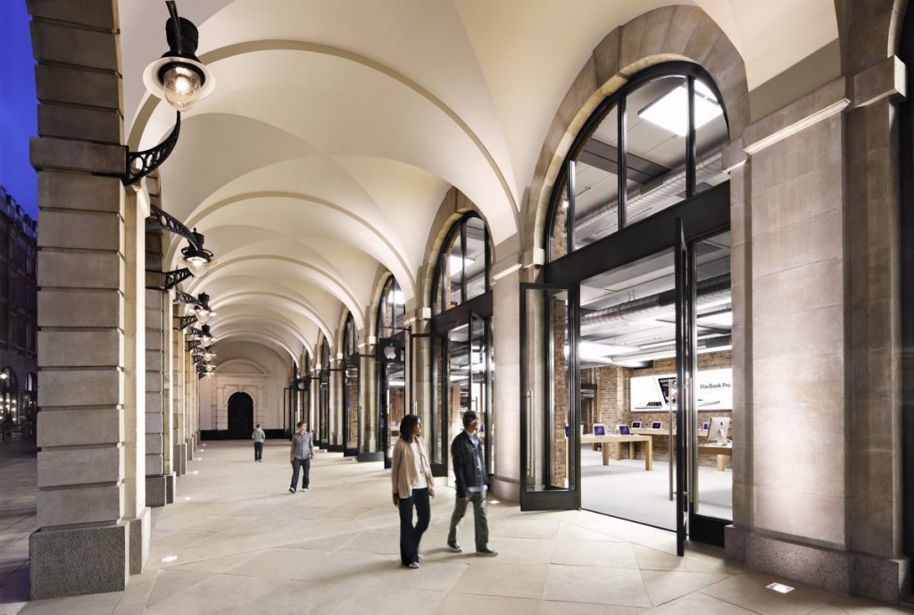 apple-also-chooses-popular-neighborhoods-for-its-stores-this-store-is-located-in-londons-covent-garden-an-area-popular-among-tourists
