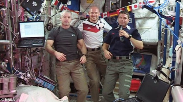 بالصور: رواد الفضاء يتفاعلون مع مونديال 2014 على بعد 230 ميل من الارض