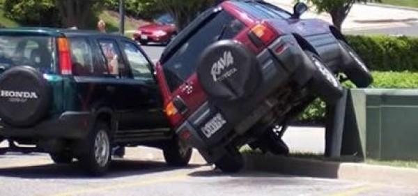 بالصور : اسوأ 15 طريقة لوضع السيارة في اماكن الانتظار