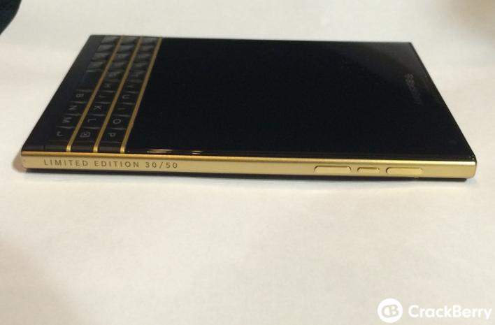 صور هاتف BlackBerry Passport باللون الذهبي