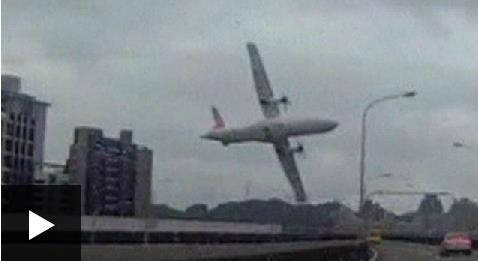 فيديو : هكذا سقطت الطائرة التايوانية في النهر