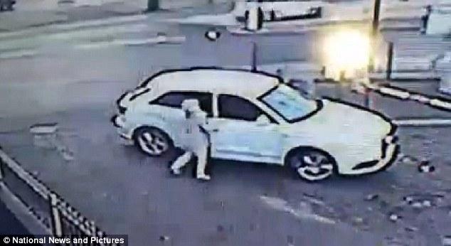 بالفيديو : سيدة تتشبث بسيارتها الأودي وتمنع سرقتها