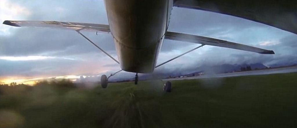 شاهد مقطع فيديو مخيف لهبوط طائرة بسبب عطل في المحرك