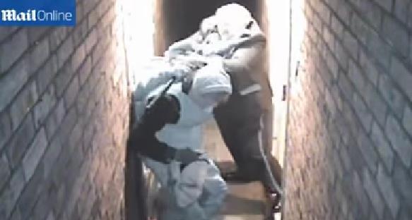 بالفيديو : رجل مسن يصارع 3 لصوص ويتغلب عليهم