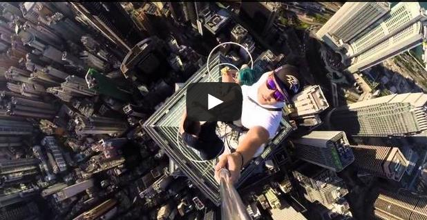 بالفيديو : أخطر صورة سيلفي على الاطلاق من فوق ناطحة سحاب