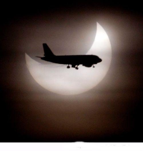 هجوم القرش وطائرة تعبر أمام القمر في أفضل صور الفيس بوك اكتوبر 2014