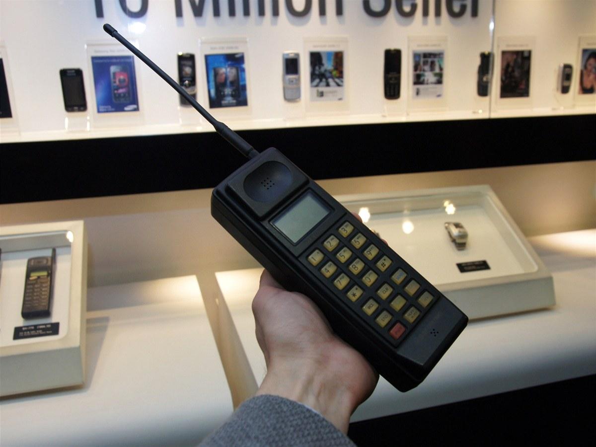 شاهد أول هاتف خلوي انتجته سامسونج