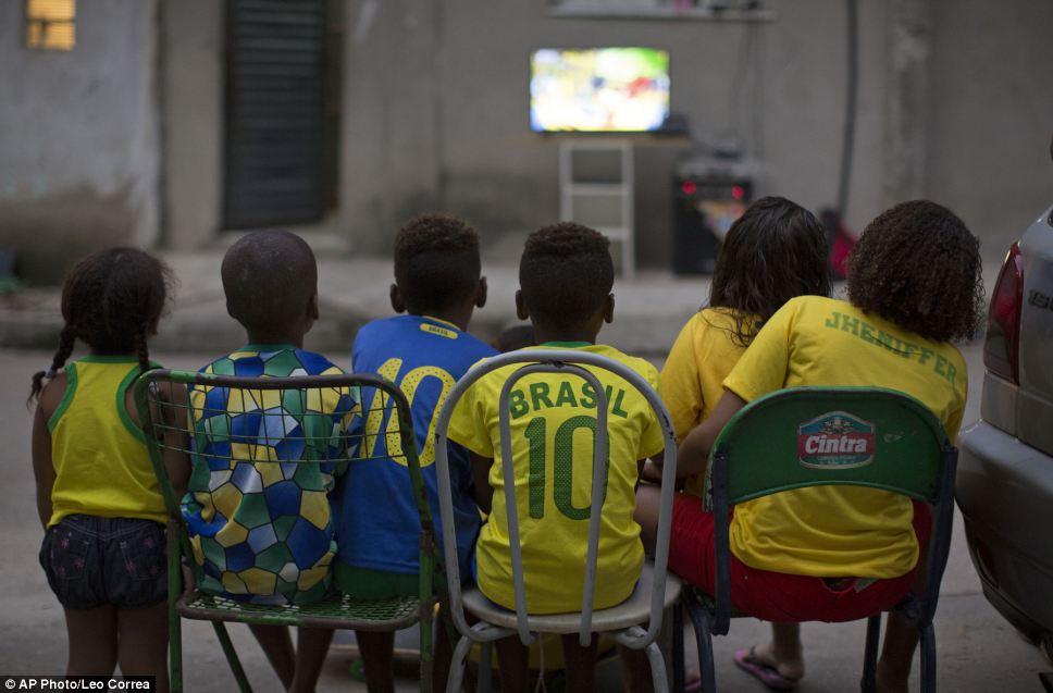 بالصور : كيف يشاهد العالم مونديال 2014