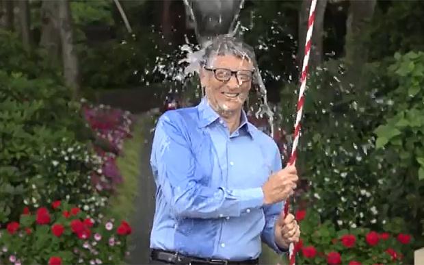 بالفيديو : المشاهير يقبلون تحدي دلو الثلج
