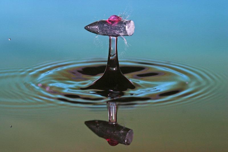 بالتصوير البطيء : طلقة رصاص تخترق قطرات ماء