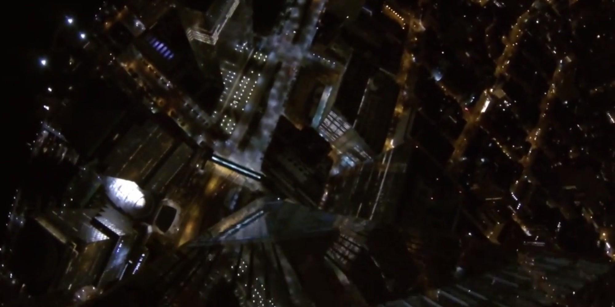 فيديو القفز بمظلة من أعلى برج في نصف الكرة الارضية الغربي