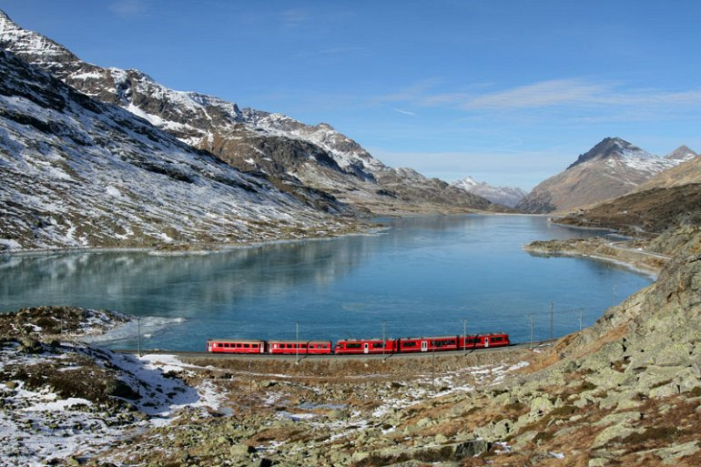 بالصور : رحلات قطار وسط الطبيعة الساحرة