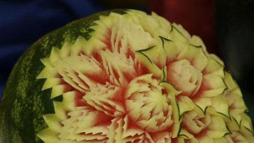 بالصور : فن النحت على البطيخ